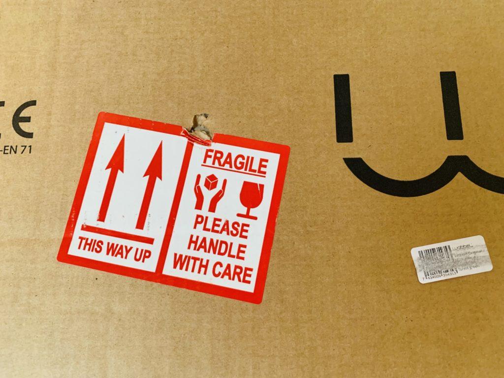 Wobbleを個人輸入した時に貼られていたシール。木の板が一枚入っているだけだがきちんと取扱注意が貼られていた。