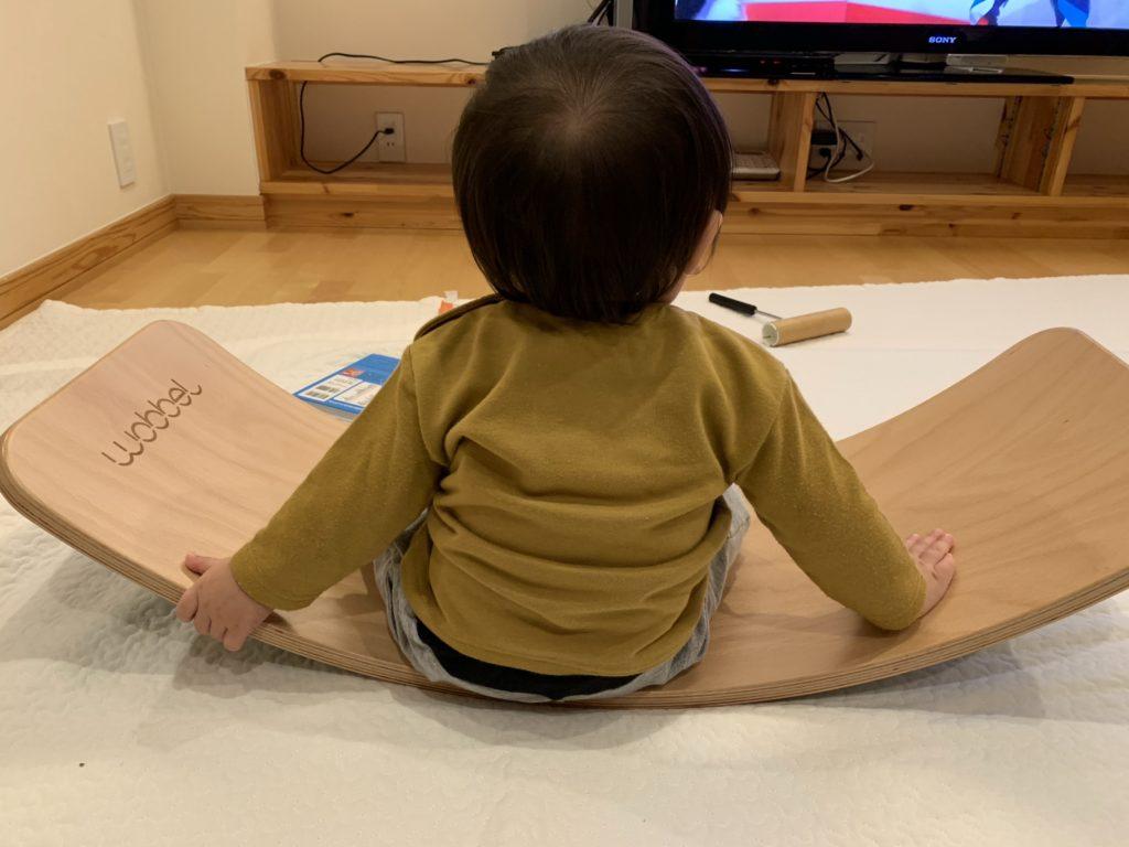 リビングに子ども用の椅子はない代わりにウォーベルに座ってテレビ鑑賞をしていることもしばしばあります。