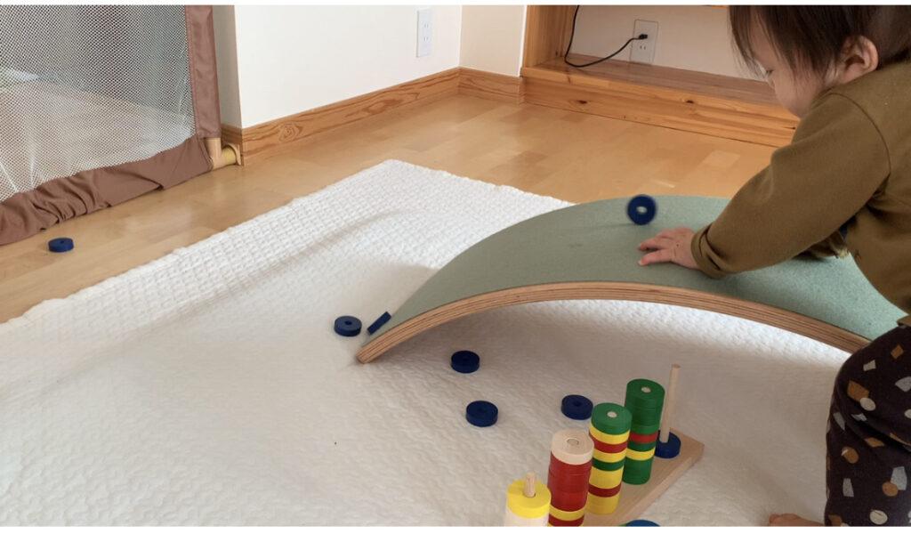 フェルトありでも問題なく円形の玩具が転がして遊ぶ子ども