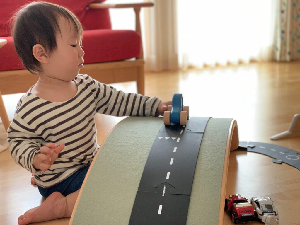 子どもがwobbelに道路を作って遊んでいる様子
