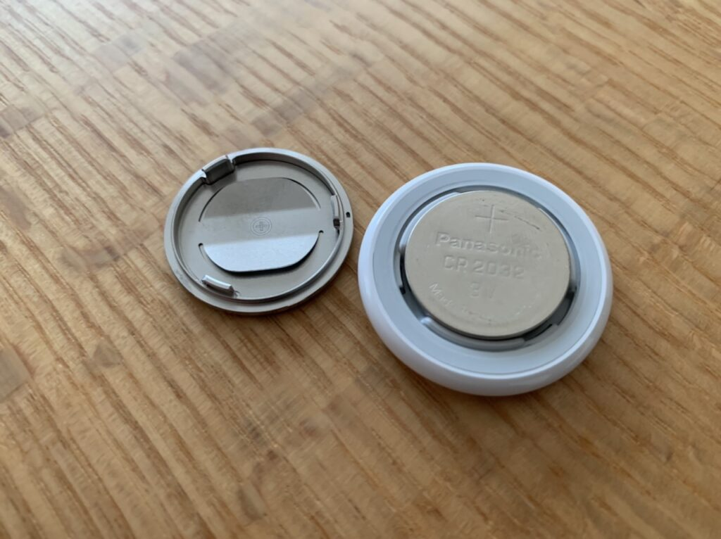 Air Tagの電池の蓋を取った画像。これを取って設定のリセットをしていきます