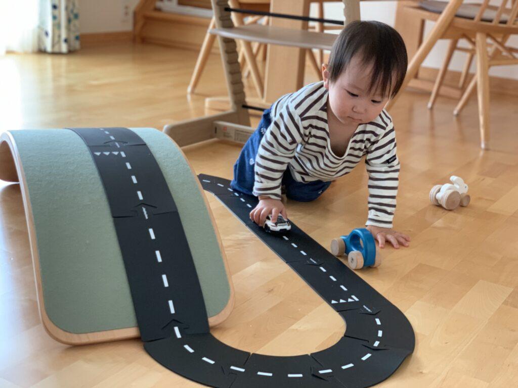 ウェイトゥプレイで子どもが実際に車を走らせている様子です